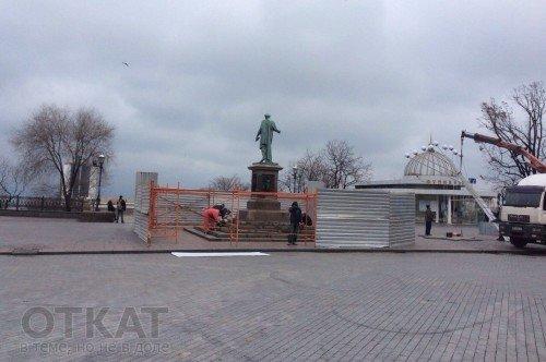 Одесского Дюка обнесли забором (ФОТО) (фото) - фото 1