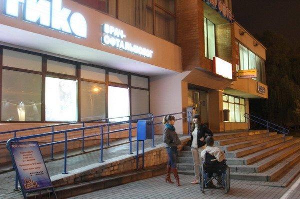 Гродненский инвалид поднялся по пандусу в Дом связи только при помощи трех человек (Фото), фото-8