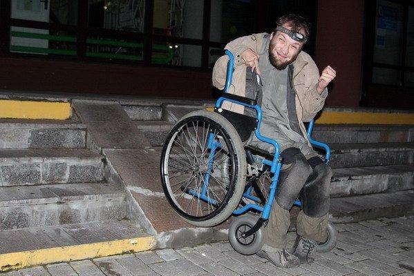 Гродненский инвалид поднялся по пандусу в Дом связи только при помощи трех человек (Фото), фото-2