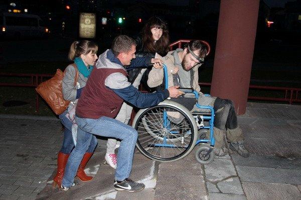 Гродненский инвалид поднялся по пандусу в Дом связи только при помощи трех человек (Фото), фото-4