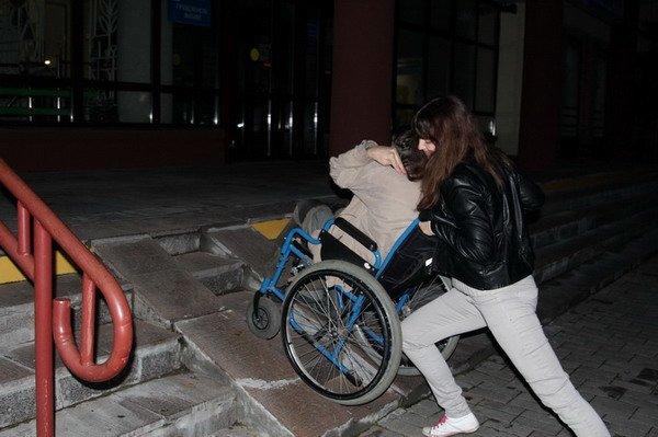 Гродненский инвалид поднялся по пандусу в Дом связи только при помощи трех человек (Фото), фото-3