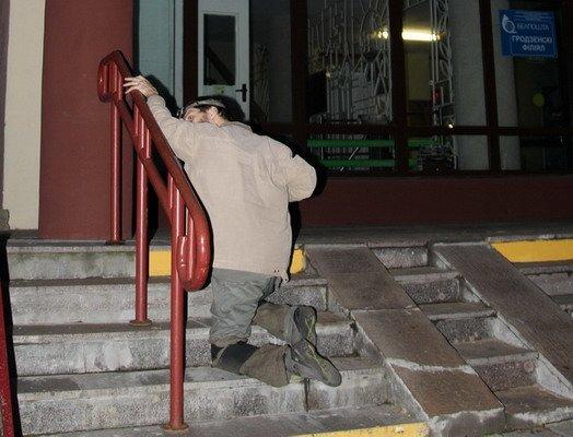 Гродненский инвалид поднялся по пандусу в Дом связи только при помощи трех человек (Фото), фото-5