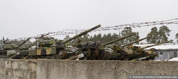 Автоматчики взяли под охрану «танковое кладбище» в Киеве (ФОТО) (фото) - фото 1