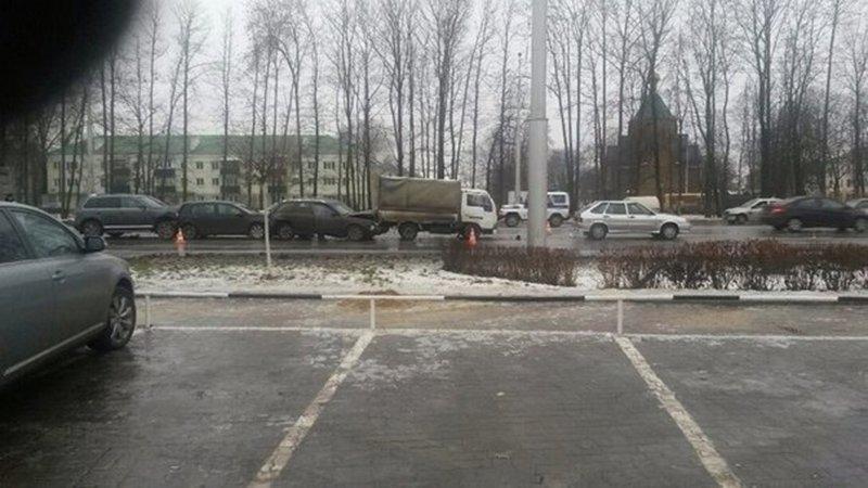 В Белгороде на «богданке» сложились в «гармошку» пять автомобилей, фото-1