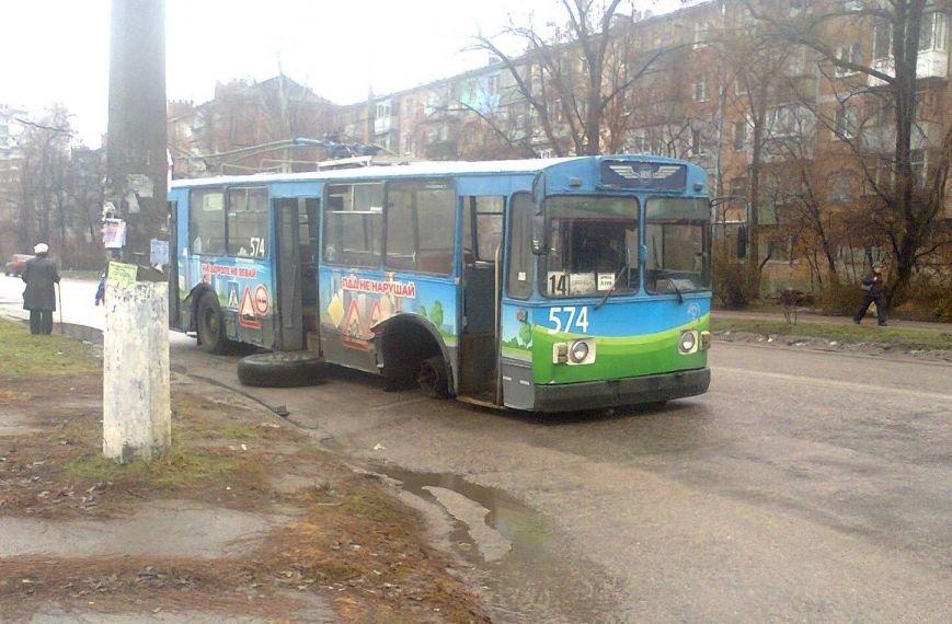 ФОТОФАКТ: В Запорожье у троллейбуса отвалилось колесо (фото) - фото 1