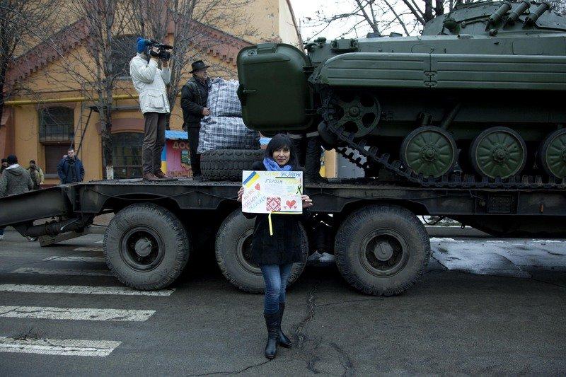 На Днепропетровщине отремонтировали танк и БМП и вместе с теплыми вещами отправят в зону АТО (фото) - фото 1