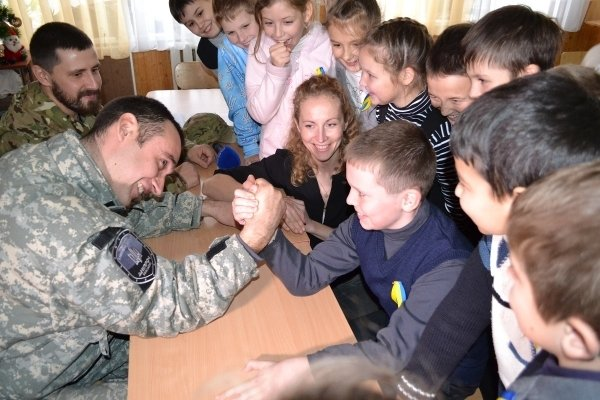 В мариупольской школе №9 бойцы «Днепра-1» вместе волонтерами провели урок мужества (ФОТО) (фото) - фото 2