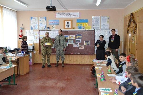 В мариупольской школе №9 бойцы «Днепра-1» вместе волонтерами провели урок мужества (ФОТО) (фото) - фото 1