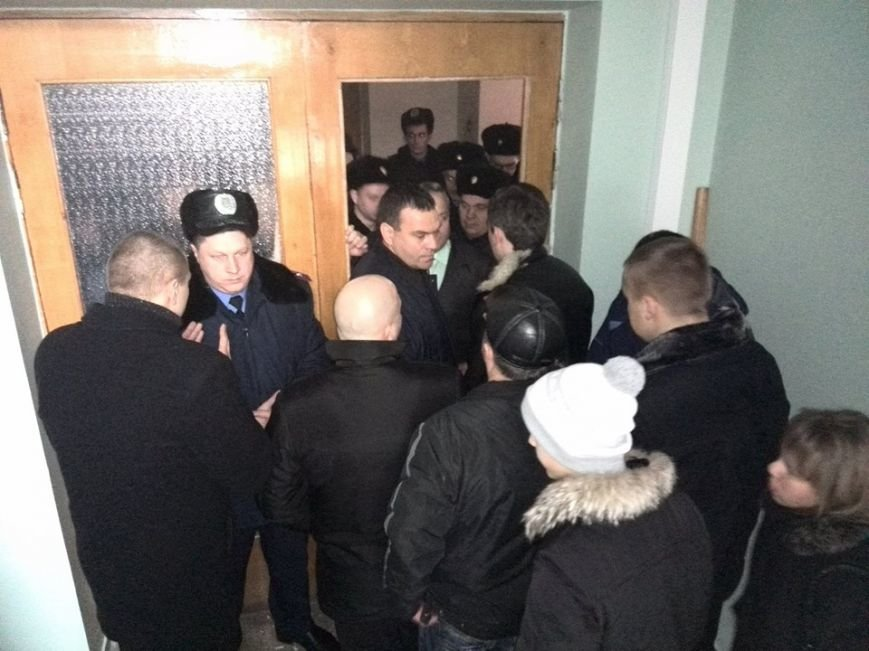 Участники акции протеста под горисполкомом  Кривого Рога опечатали кабинеты чиновников, фото-3