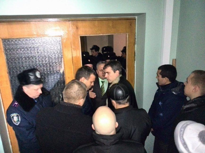 Участники акции протеста под горисполкомом  Кривого Рога опечатали кабинеты чиновников, фото-4