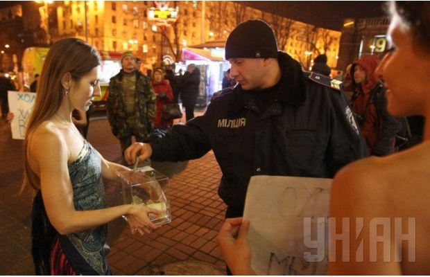 В столице полураздетые активистки провели акцию «Согрей солдата в АТО» (ФОТО) (фото) - фото 1