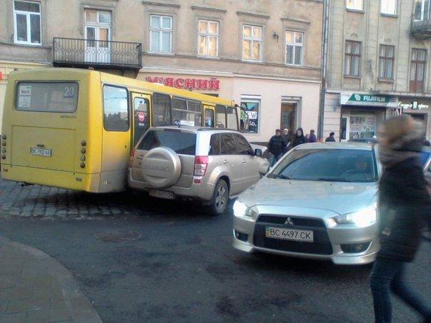 Як іномарка в'їхала в автобус з пасажирами на вул. Куліша (ФОТО) (фото) - фото 1