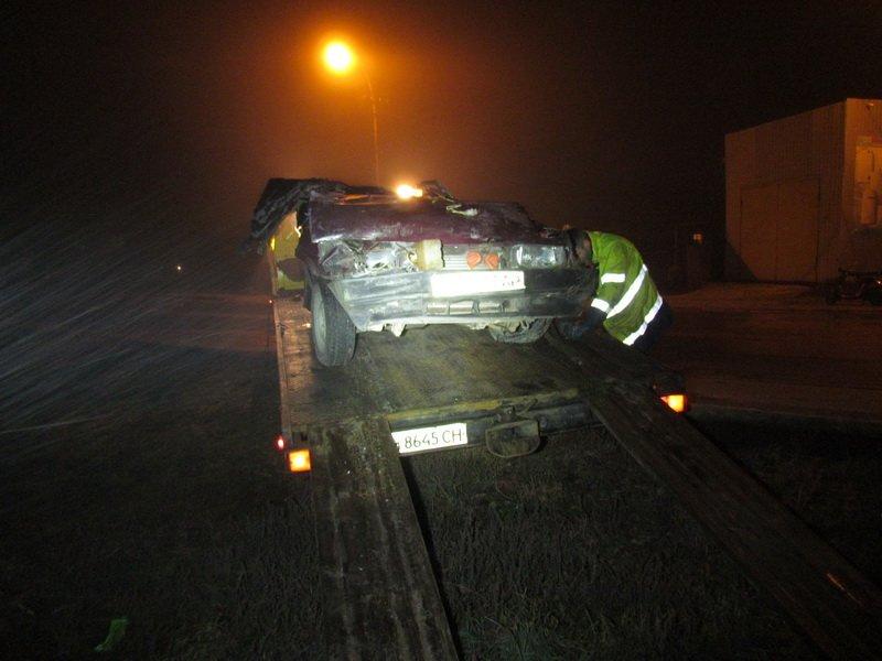 Смертельное ДТП в Мариуполе: «ВАЗ» влетел в бетонное ограждение и опрокинулся (ФОТО) (фото) - фото 1