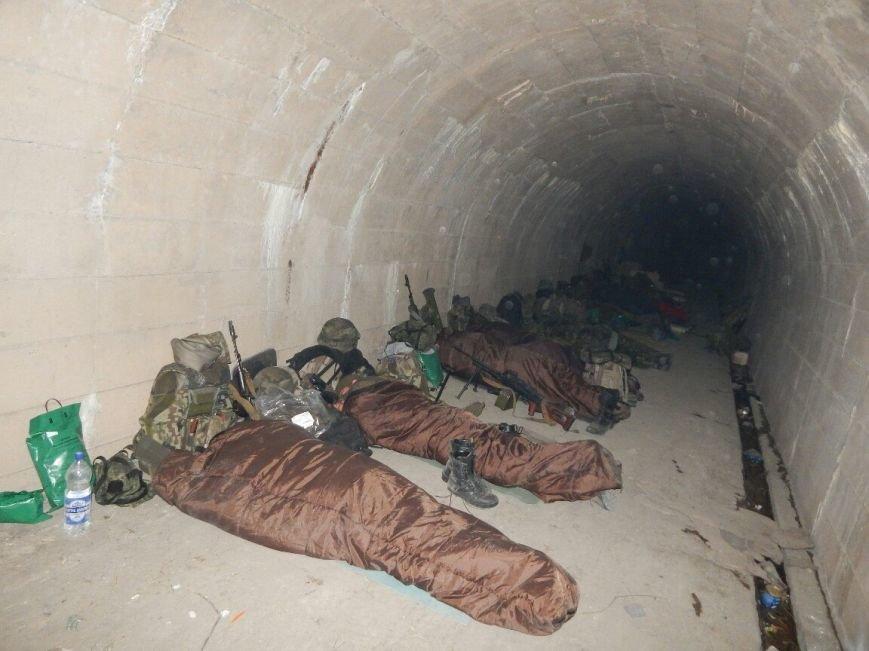 Бойцы «Азова» показали свою жизнь под землей (ФОТО) (фото) - фото 1