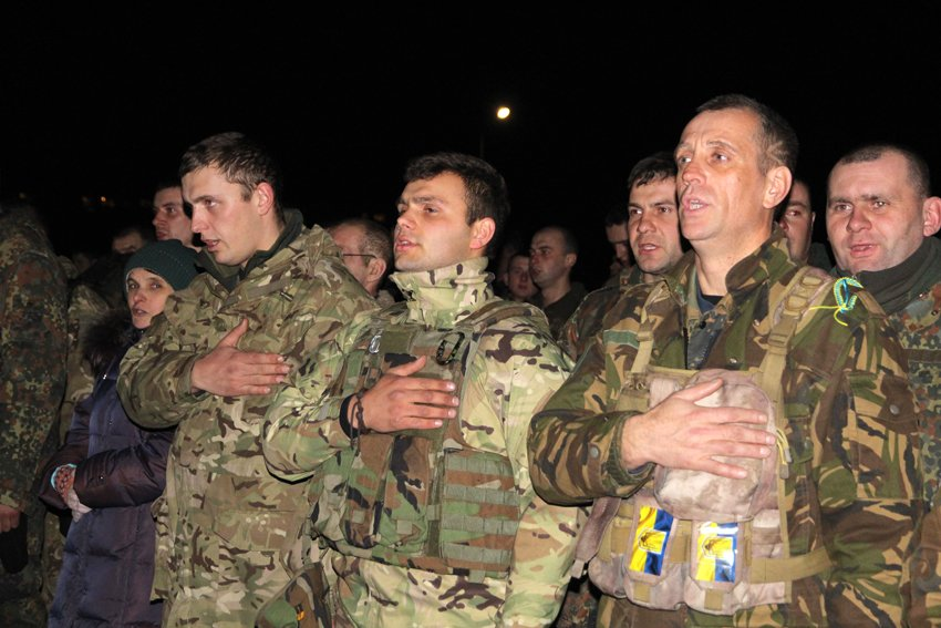 У Львові зустріли 300 десантників, які повернулись додому (ФОТОРЕПОРТАЖ) (фото) - фото 3