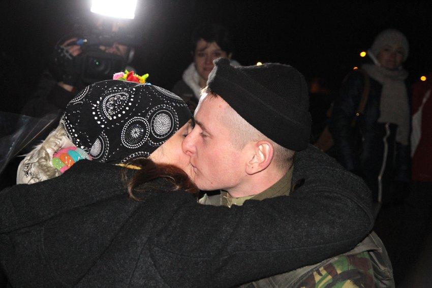У Львові зустріли 300 десантників, які повернулись додому (ФОТОРЕПОРТАЖ) (фото) - фото 15
