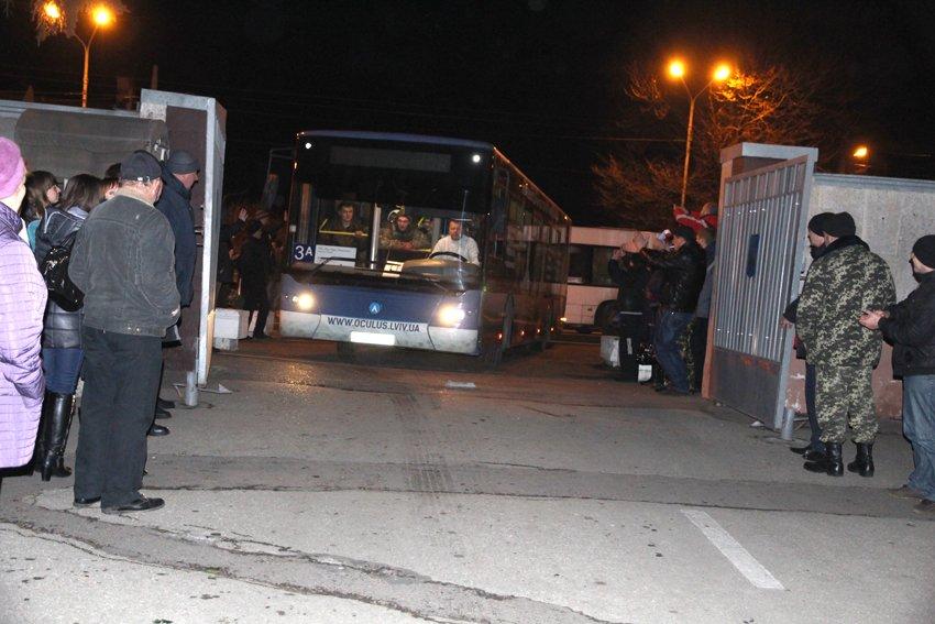 У Львові зустріли 300 десантників, які повернулись додому (ФОТОРЕПОРТАЖ) (фото) - фото 22