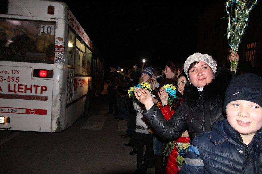 У Львові зустріли 300 десантників, які повернулись додому (ФОТОРЕПОРТАЖ) (фото) - фото 23