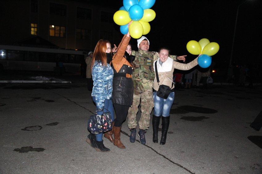 У Львові зустріли 300 десантників, які повернулись додому (ФОТОРЕПОРТАЖ) (фото) - фото 13
