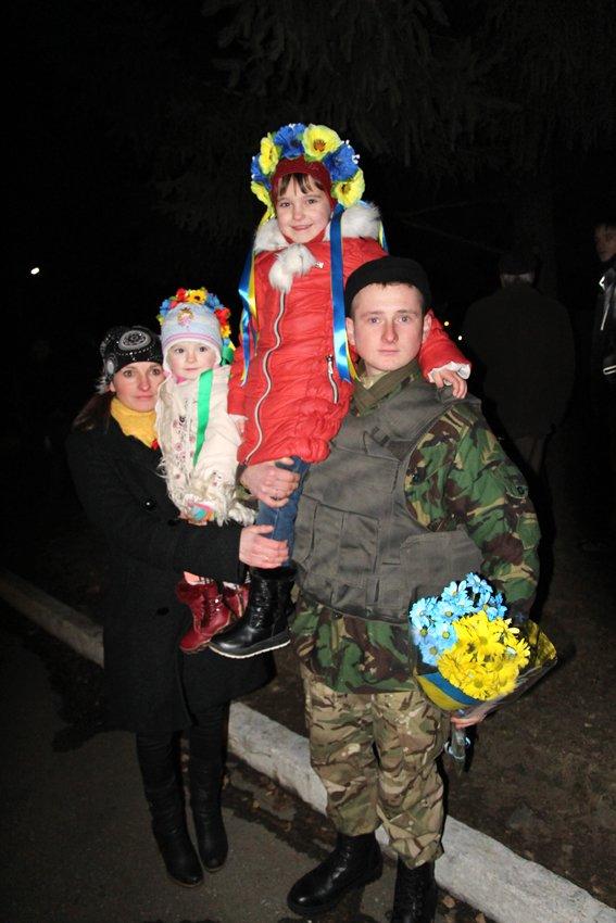 У Львові зустріли 300 десантників, які повернулись додому (ФОТОРЕПОРТАЖ) (фото) - фото 14