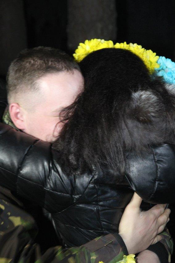 У Львові зустріли 300 десантників, які повернулись додому (ФОТОРЕПОРТАЖ) (фото) - фото 20