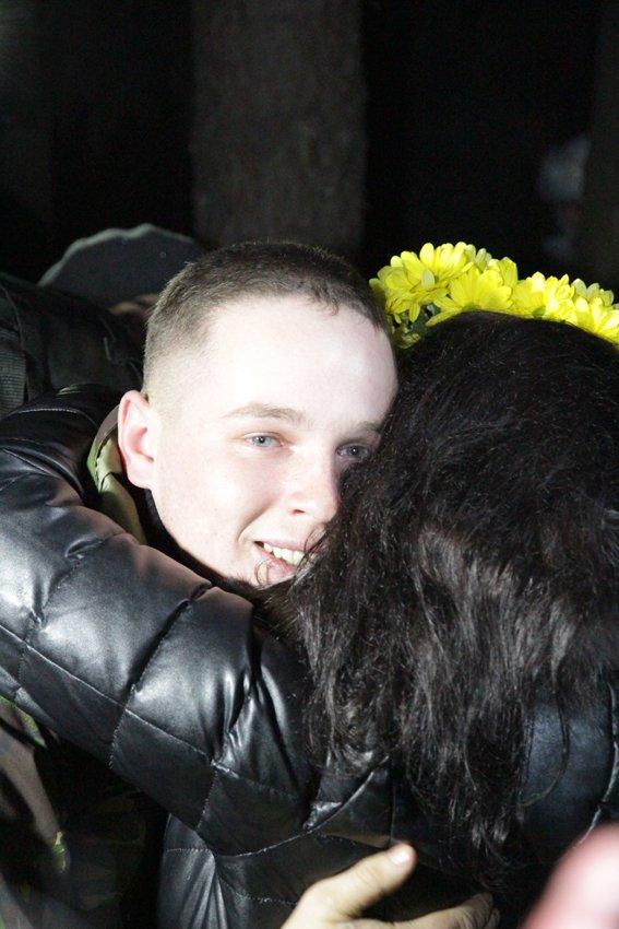 У Львові зустріли 300 десантників, які повернулись додому (ФОТОРЕПОРТАЖ) (фото) - фото 19