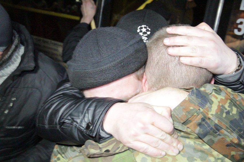 У Львові зустріли 300 десантників, які повернулись додому (ФОТОРЕПОРТАЖ) (фото) - фото 17