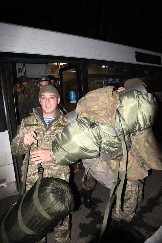 У Львові зустріли 300 десантників, які повернулись додому (ФОТОРЕПОРТАЖ) (фото) - фото 21