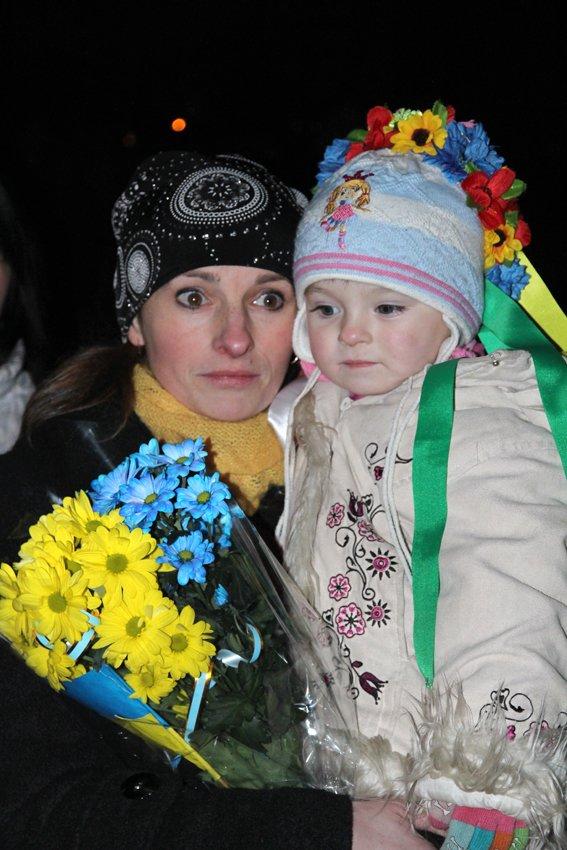 У Львові зустріли 300 десантників, які повернулись додому (ФОТОРЕПОРТАЖ) (фото) - фото 16