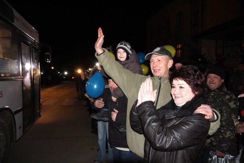 У Львові зустріли 300 десантників, які повернулись додому (ФОТОРЕПОРТАЖ) (фото) - фото 24