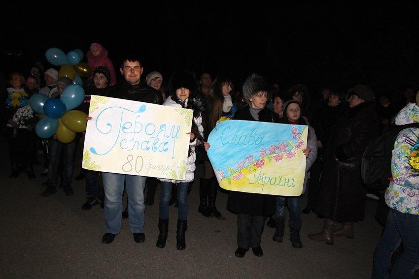 У Львові зустріли 300 десантників, які повернулись додому (ФОТОРЕПОРТАЖ) (фото) - фото 28