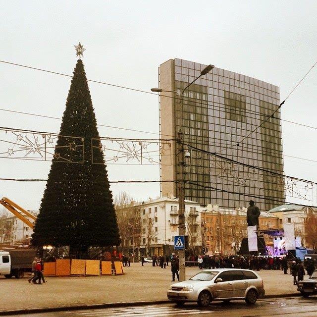 В районе Авдеевки слышны выстрелы, а в Донецке завершили монтаж главной елки (фото) - фото 1