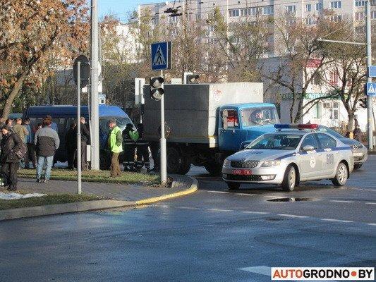 На ул. Болдина маршрутка врезалась в грузовик: пассажирам помогали медики (Фото), фото-2