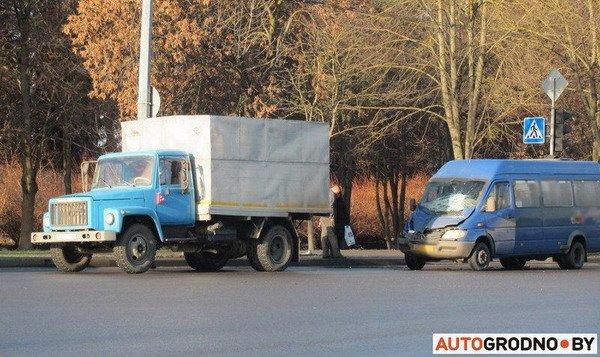 На ул. Болдина маршрутка врезалась в грузовик: пассажирам помогали медики (Фото), фото-5