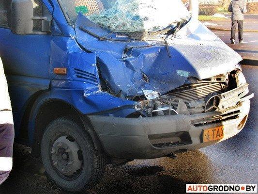 На ул. Болдина маршрутка врезалась в грузовик: пассажирам помогали медики (Фото), фото-4
