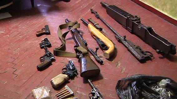 У 41-летнего жителя Днепропетровщины изъяли впечатляющую коллекцию оружия времен Второй мировой войны (фото) - фото 2