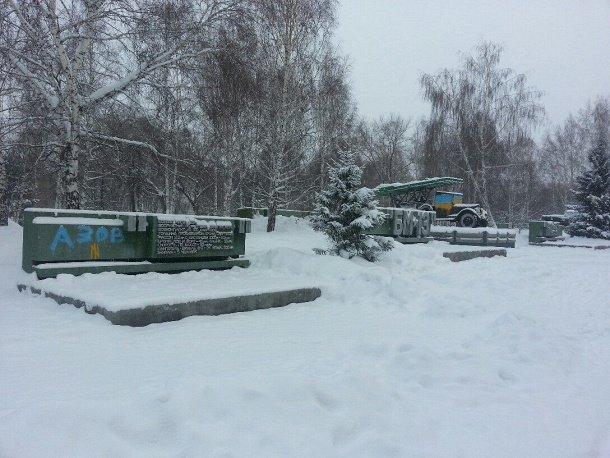 В Новосибирске задержаны люди, раскрасившие памятник Ленину, «Катюшу» и Т-34 в цвета украинского флага (фото) - фото 1
