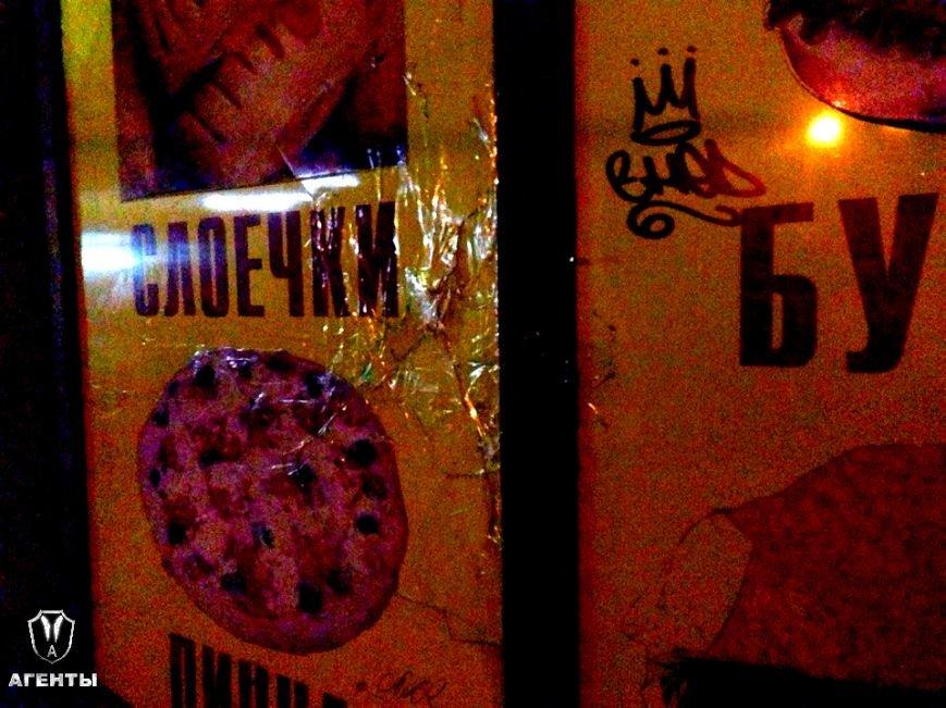 В Симферополе пьяные дебоширы выбивают окна и двери в магазинах, где отказались продавать спиртное ночью (ФОТО), фото-1