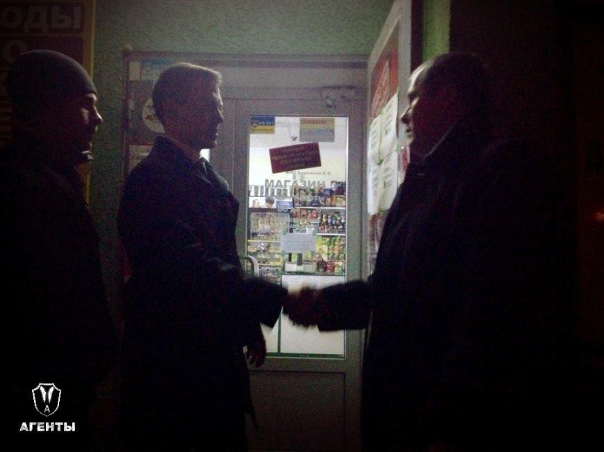 В Симферополе пьяные дебоширы выбивают окна и двери в магазинах, где отказались продавать спиртное ночью (ФОТО), фото-4