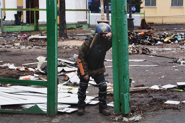 20 лютого. За хвилину до цього снайпер потрапив в його друга. Фото Максима Баландюха (джерело – life.pravda.com.ua)