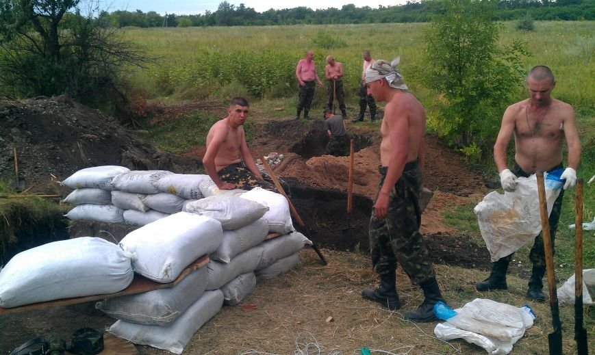 Интервью с солдатом: украинские военные на передовой держат оборону и кормят местных пенсионеров (фото) - фото 1