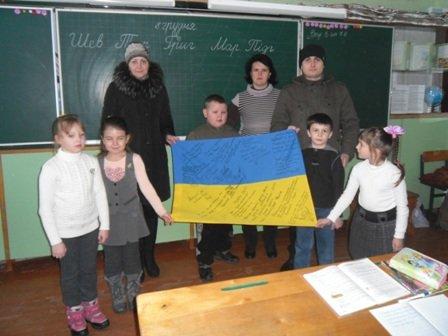 Бойцы АТО подписали флаг для криворожских  волонтеров - школьников, фото-1
