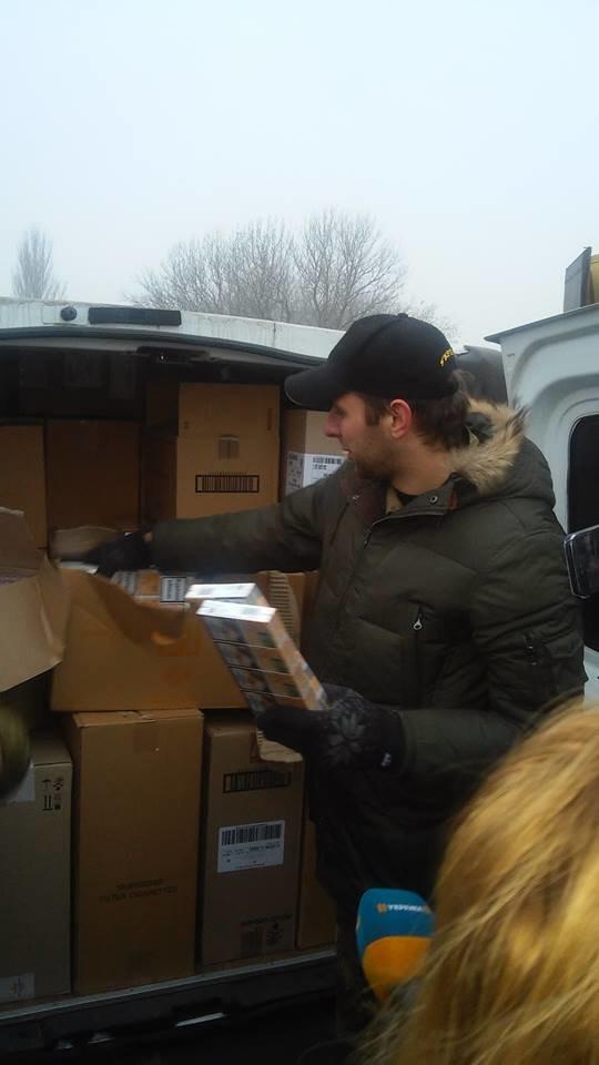 Комбат «Донбасса» заявил, что обнаружил в гуманитарном конвое Ахметова еду для солдат (ФОТО), фото-1