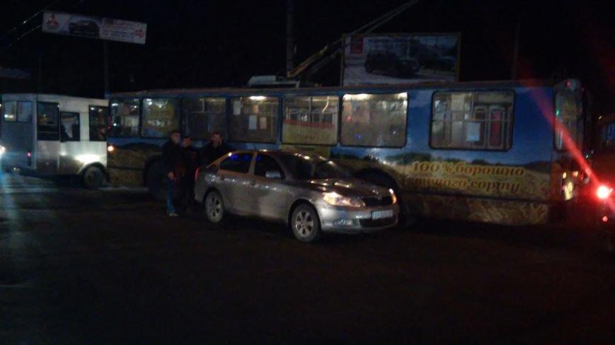 В Кировограде троллейбус столкнулся с иномаркой (фото) (фото) - фото 1