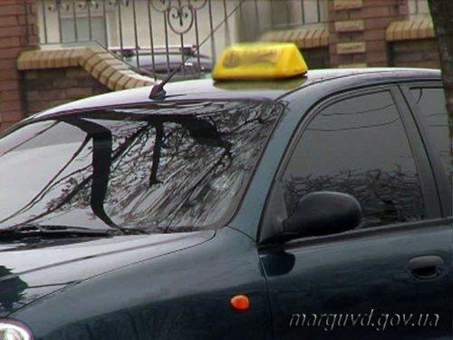 В Мариуполе двое мужчин ограбили старушку и устроили поножовщину в такси, фото-2