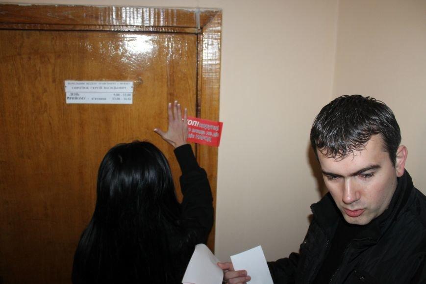 Активисты опечатали двери чиновников криворожского горисполкома наклейками «Стоп коррупционер» (ФОТО), фото-6