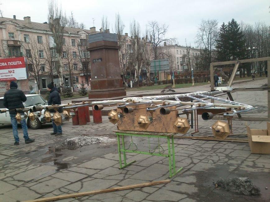 В Днепродзержинске украшают центральную городскую елку и устанавливают менору, фото-5