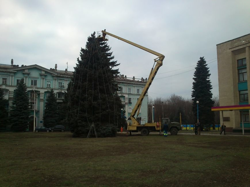 В Днепродзержинске украшают центральную городскую елку и устанавливают менору, фото-4