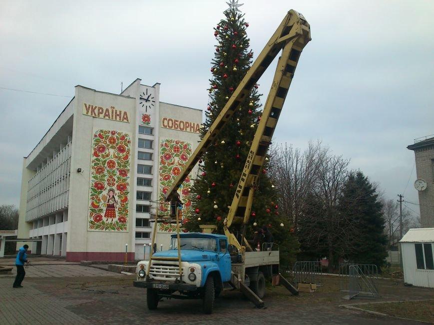 В Днепродзержинске украшают центральную городскую елку и устанавливают менору, фото-2
