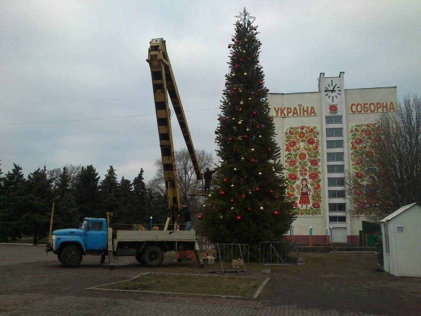 В Днепродзержинске украшают центральную городскую елку и устанавливают менору, фото-1
